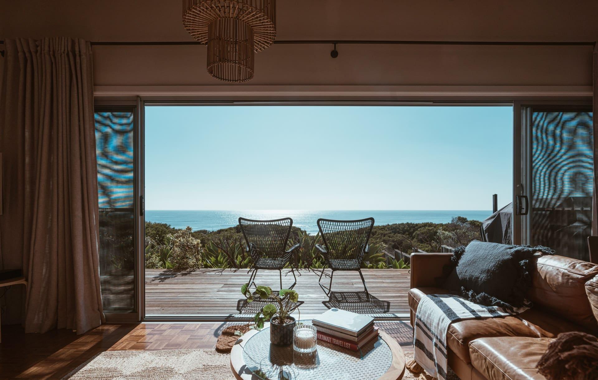Los muebles naturales y los colores navales son dos tendencias de interiorismo de este verano 2021.